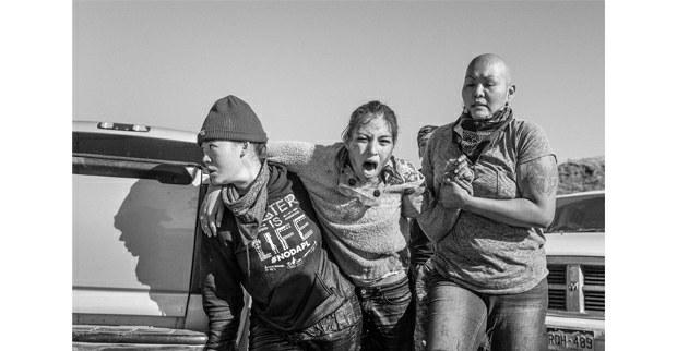 Grupo de mujeres traslada a una guerrera herida. Cannon Ball, Dakota del Norte, noviembre, 2016. Foto: Josué Rivas