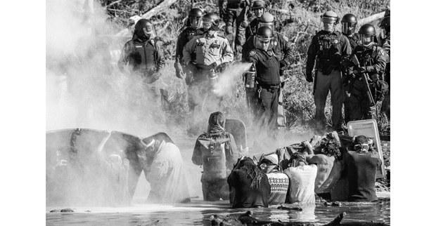 La policía gasea a los guardianes del agua. Dakota del Norte, 2016. Foto: Josué Rivas