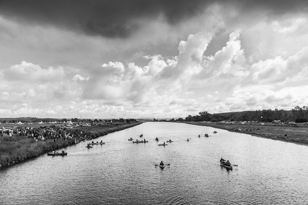 Ceremonia con canoas en el campamento Oceti Sakowin. Cannon Ball, Dakota del Norte, agosto, 2016. Foto: Josué Rivas