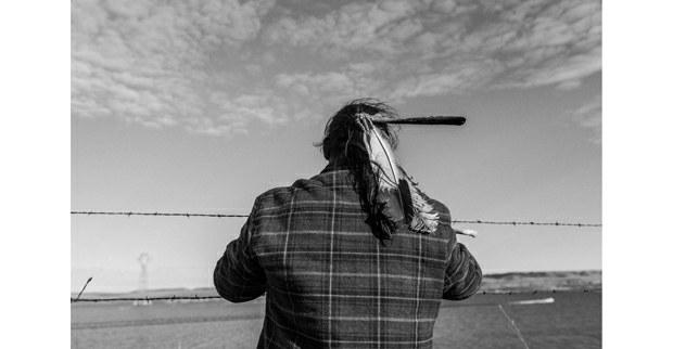 Plegaria ante el río de un guardián del agua.Cannon Ball, Dakota del Norte, noviembre, 2016. Foto: Josué Rivas
