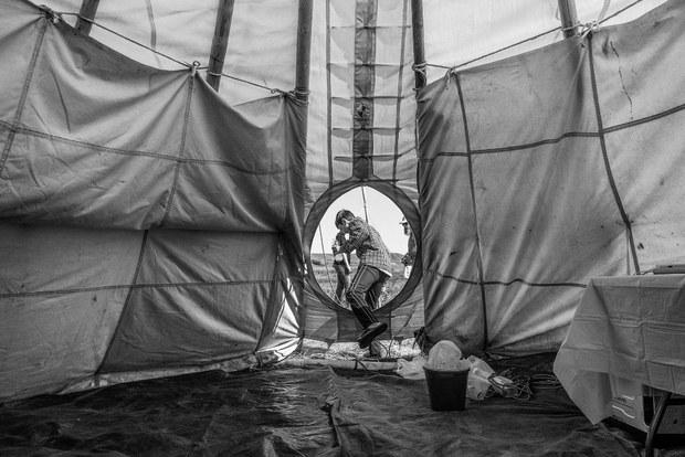 Joven sale de un tipi. Fort Yates, Dakota del Norte, septiembre, 2017. Foto: Josué Rivas