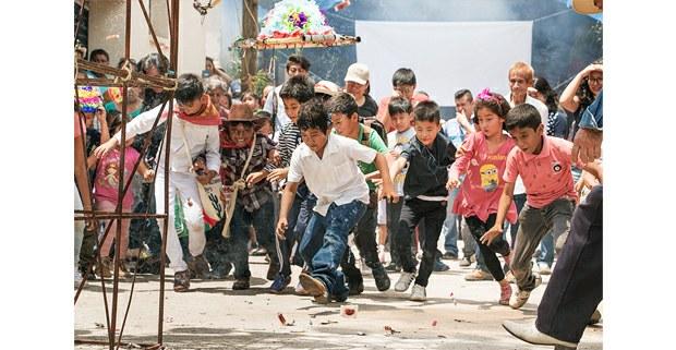 Niños y niñas recogen dulces del castillo, Tepoztlán. Foto: Daniela Garrido Méndez
