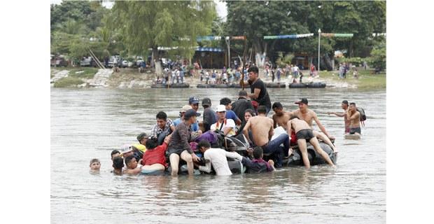 Centroamericanos cruzan el río Suchiate en Chiapas, octubre de 2018. Foto: Víctor Camacho/La Jornada