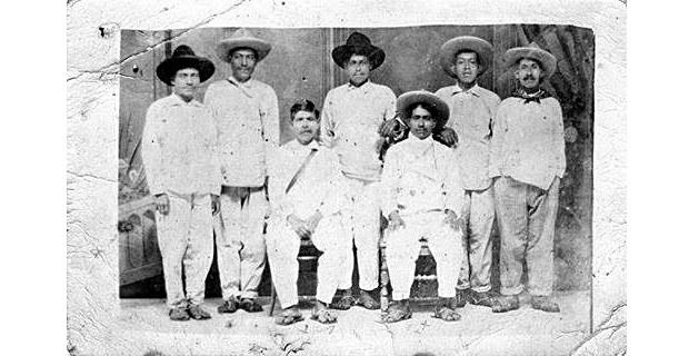 Mariano Reyes sentado a la izquierda con el ''pokarnil'' cruzado al pecho, circa 1850. Anónimo