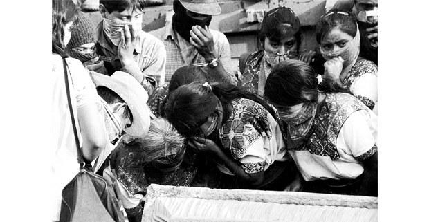 Identificando a las víctimas. Unión Nuevo Progreso, Chiapas, 1998. Foto: José Ángel Rodríguez