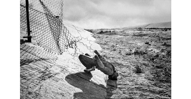 Estirando la frontera, Tijuana, 1989. Foto: Antonio Turok