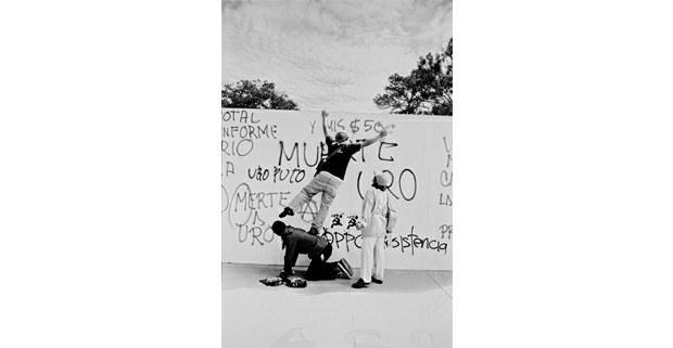 Los grafiteros, Oaxaca de Juárez, 2006. Foto: Antonio Turok