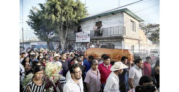 El cortejo fúnebre de Samir Flores pasa frente a la Radio Amiltzinko. Foto: Miguel Tovar