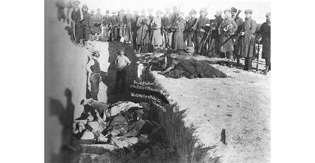 Entierro en una fosa común de hombres, mujeres y niños masacrados en Wounded Knee, Dakota del Sur, en diciembre de 1890. Imagen: Biblioteca del Congreso, Washington