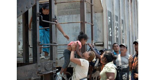 Migrantes centroamericanos esperan la salida del tren en Arriaga, Chiapas, mientras personal de migración realiza operativos en diferentes puntos del estado. Foto: Alfredo Domínguez/ La Jornada
