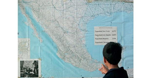 Marcos, hondureño de 12 años, observa sus rutas posibles en el albergue del Migrante Scalabrini. Aspira a llegar a Estados Unidos a trabajar. Foto: Alfredo Domínguez / La Jornada