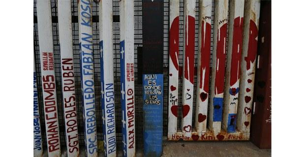 Aspecto del muro fronterizo en los limites de Tijuana con Estados Unidos. Foto: Alfredo Domínguez / La Jornada
