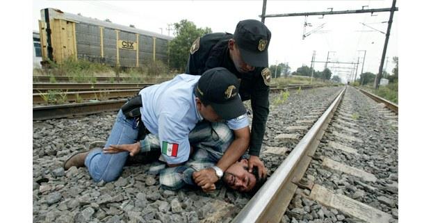 Julio Hernández Martínez Sánchez, salvadoreño, fue arrestado junto con su familia por agentes de Migración y policías del Estado de México, durante un operativo contra indocumentados centroamericanos que pretenden llegar a Estados Unidos. Foto: Alfredo Domínguez / La Jornada