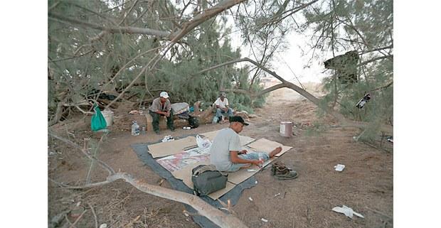 Grupo de migrantes descansan antes de intentar cruzar a Estados Unidos por el desierto. Foto: Alfredo Domínguez / La Jornada