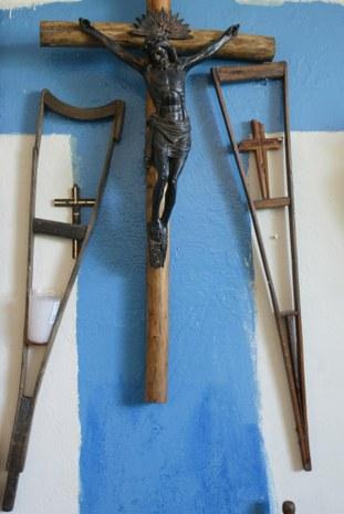 Las muletas del migrante. Foto: Alfredo Domínguez