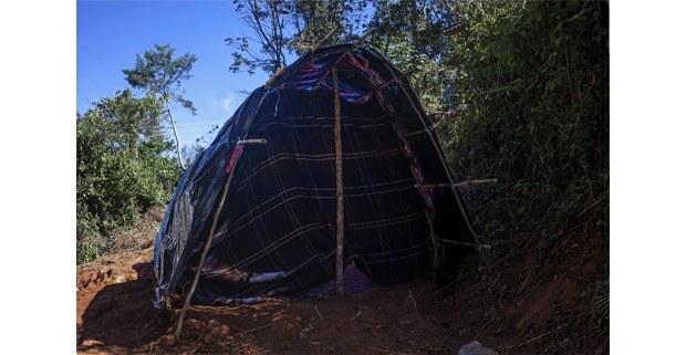 Vivienda temporal en la montaña para el refugio de familias tsotsiles de Chalchihuitán, desplazadas por las agresiones paramilitares. Foto: Luis Enrique Aguilar