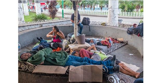 Diana González salió de El Salvador por la violencia, y amanece en el quiosco del Parque Central de Tapachula, mayo de 2019. Foto: Keith Dannenmiller