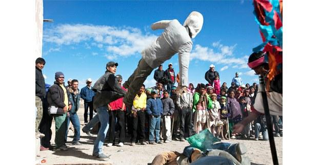 Jovenes lanzan la imagen del Judas durante el sábado de Gloria en los festejos de la Semana Santa Tarahumara en Norogachi, Chihuahua, abril de 2009. Foto: José Carlo González