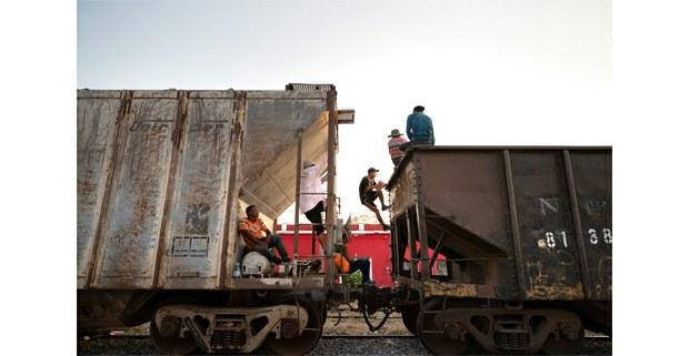 Migrantes centroamericanos abordan La Bestia. Arriaga, Chiapas, 2019. Foto: Alfredo Domínguez/ La Jornada