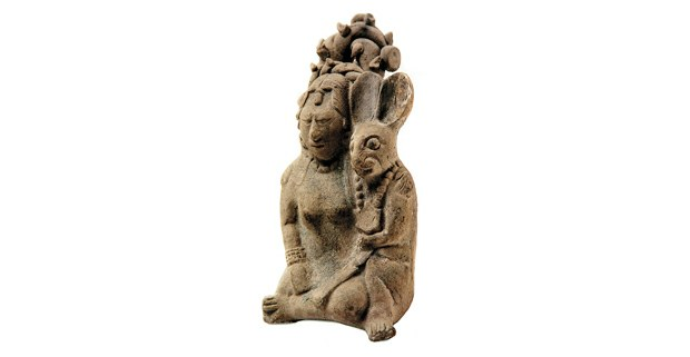 Figurilla maya de Ixchel con conejo. Cerámica moldeada, Isla de Jaina, Campeche. Clásico tardío (600-900 d.C.). Foto: Gliserio Castañeda/ INAH