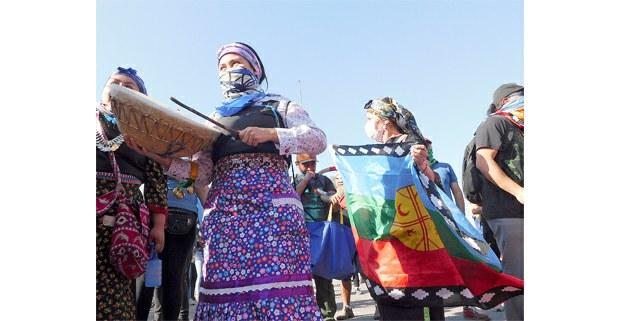 Mujeres mapuche se manifiestan contra el gobierno de Sebastián Piñera. Santiago de Chile, 2019. Foto: Juan Trujillo Limones