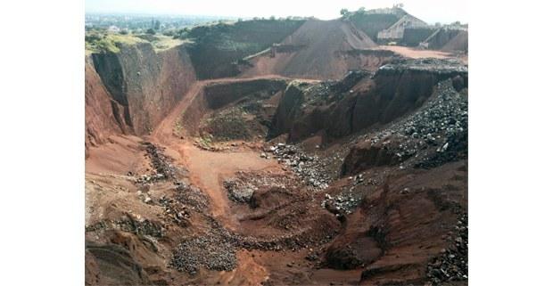 Panorámica de mina de tezontle en Tepetlaoxtoc. El corte y extracción acelerada de material pone en riesgo a las viviendas ubicadas a menos de un metro del precipicio. Los habitantes han denunciado la alteración que estas minas traen al ciclo hídrico de los cerros de la región.