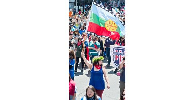 La bandera mapuche en la revuelta popular chilena. Foto: Gerardo Magallón