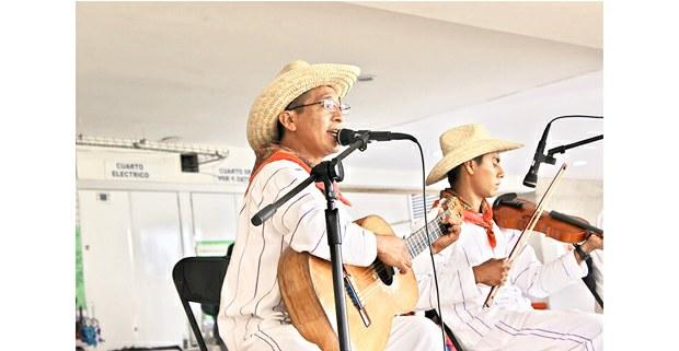 Abelardo Hernández con Cha Nandee. Foto: cortesía del autor