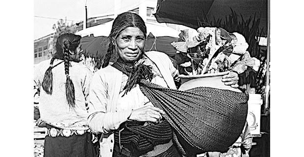 Mujer con jarrón de barro, San Juan Chamula. Foto: Mario OIarte