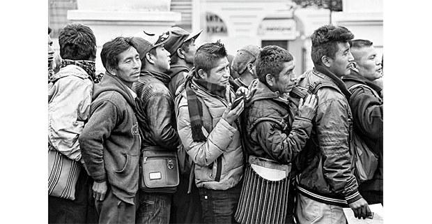 La cola de la paga en la Ciudad Real, Chiapas. Foto: Mario OIarte
