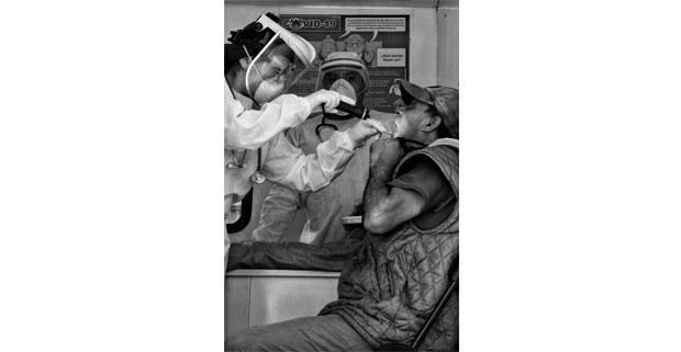 Personal sanitario revisa a paciente con probables síntomas de Covid 19. Foto: Mario Olarte.