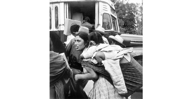 Subiendo al camión, México, 1955. Foto: Bernice Kolko