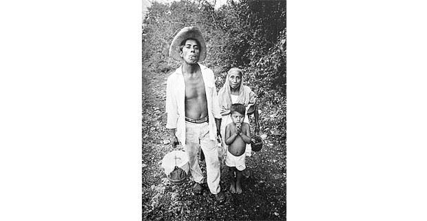Darío Tuz Caamal, su madrastra doña Simona y su hijo José. Chichimilá, Yucatán, 1971. Foto: Macduff Everton, The Modern Maya, University of Texas Press, 201214.jpg