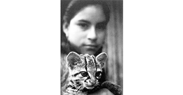 María con su tigrillo. Calderón, Quintana Roo, 1974. Foto: Macduff Everton, The Modern Maya, University of Texas Press, 2012
