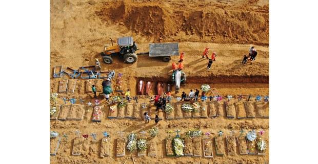 Entierros colectivos en el cementerio Nuestra Señora de Aparecida, Taurma, Manaos, Brasil, 2020. Foto: Fernando Crispim (La Xunga / Amazônia Real)
