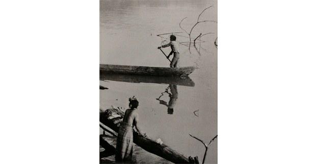 Refugiados guatemaltecos navegando por el río El Jabalí, Chiapas, 1988. Foto: José Ángel Rodríguez