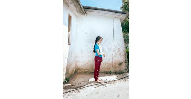María Luciana, bordadora tsotsil de 13 años, baleada por paramilitares en Aldama, Chiapas, julio de 2020. Foto: Luis Enrique Aguilar Pereda.