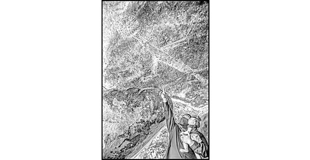 En tiempos de pandemia, Red Cloud Manuel, joven miembro de la tribu yokut de Río Tule, lleva a su hija a un sitio sagrado de su reservación y le muestra una pictografía en las rocas, que tiene entre 600 y mil años de antigüedad y retrata a Coyote, el canijo tramposo que recorre las leyendas de los pueblos nativos de Estados Unidos. Foto: David Bacon, 2020.