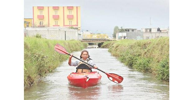 Vecina navegando en el afluente La Tibia, normalmente no navegable. San Cristóbal de Las Casas, Chiapas, 2020. Foto: Edith Domínguez Ramos, Tragameluz