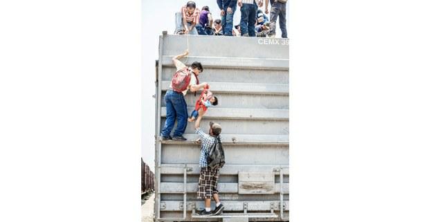 Foto: Keith Dannemiller, 2014 Luego de cruzar el Rio Suchiate cerca de Ciudad Hidalgo, Chiapas, muchos migrantes de Centro y Sudamérica comienzan su viaje al norte en Arriaga, en el tren de carga conocido como 'La Bestia'.