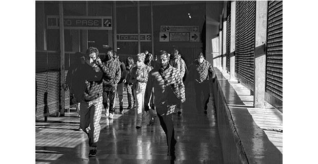 La vida pasa muy aprisa. Metro Pantitlán, CDMX, 2021. Foto: Mario Olarte