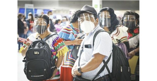 El subcomandante Moisés encabezando la salida de los zapatistas en el aeropuerto de la Ciudad de México. Foto: Francisco Lion