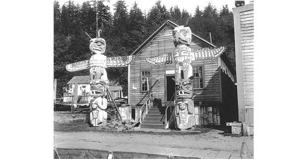 Totems y casa del jefe kwakitul Nimpkish Tla-Co-Glass, Alert Bay, Columbia Británica, 1909. Foto: John N. Cobb